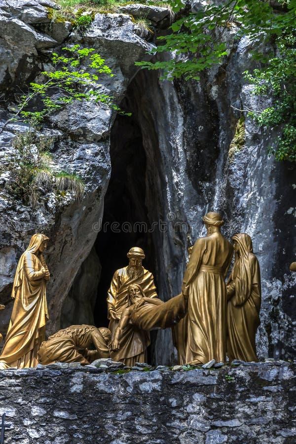 Перекрестные дороги в Лурде, Hautes Пиренеи, Франции Составы скульптуры стоковое изображение