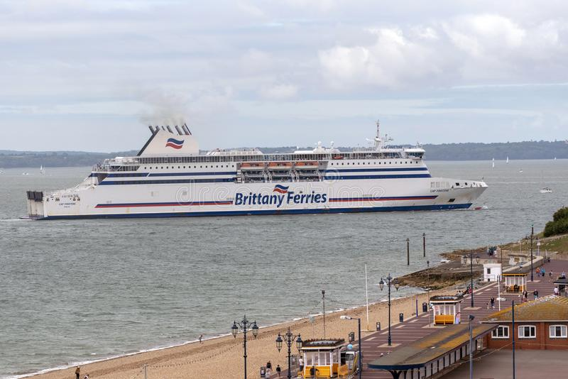 Перекрестный пассажир канала и паром корабля причаливая Портсмуту Великобритании стоковые изображения