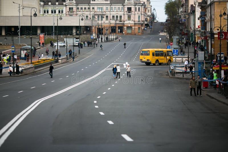 Перекрыли улицы Владивостока Люди идут вдоль центральных улиц Владивостока и золотого моста стоковое изображение