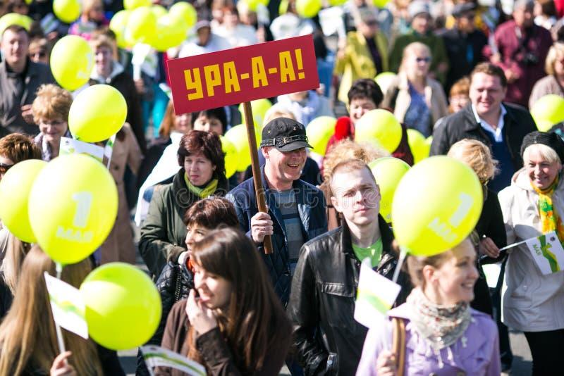 Перекрыли улицы Владивостока Люди идут вдоль центральных улиц Владивостока и золотого моста стоковые изображения rf