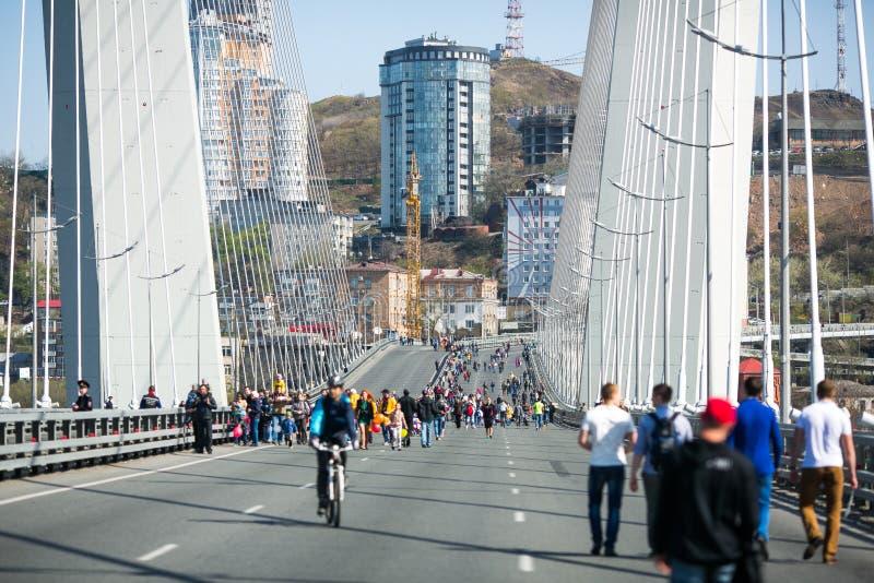 Перекрыли улицы Владивостока Люди идут вдоль центральных улиц Владивостока и золотого моста стоковое фото