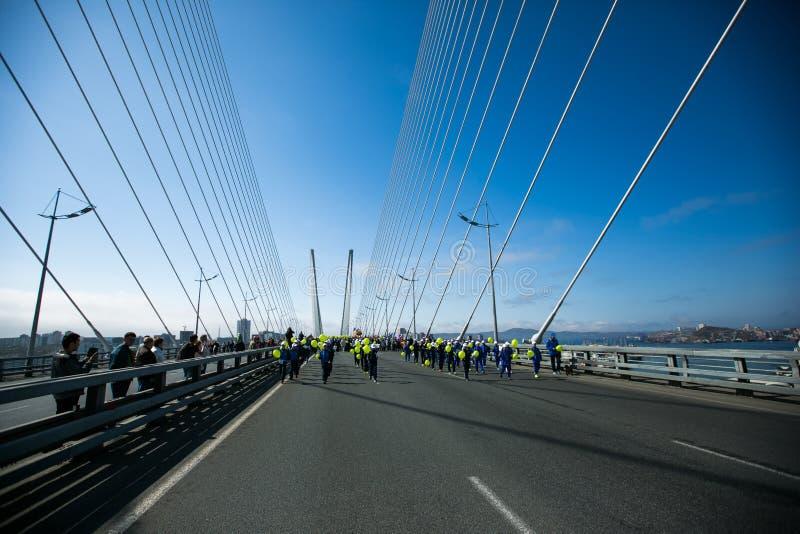Перекрыли улицы Владивостока Люди идут вдоль центральных улиц Владивостока и золотого моста стоковая фотография