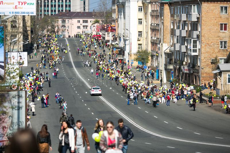 Перекрыли улицы Владивостока Люди идут вдоль центральных улиц Владивостока и золотого моста стоковые фотографии rf