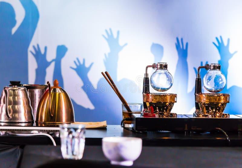 Переливать аксессуары и инструменты кофеварки стоковое фото
