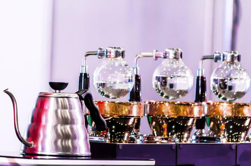 Переливать аксессуары и инструменты кофеварки стоковые изображения rf