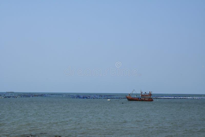 Перемещайтесь рыболовецкие судна на море, шлюпки, рыбацкие лодки стоковое фото rf