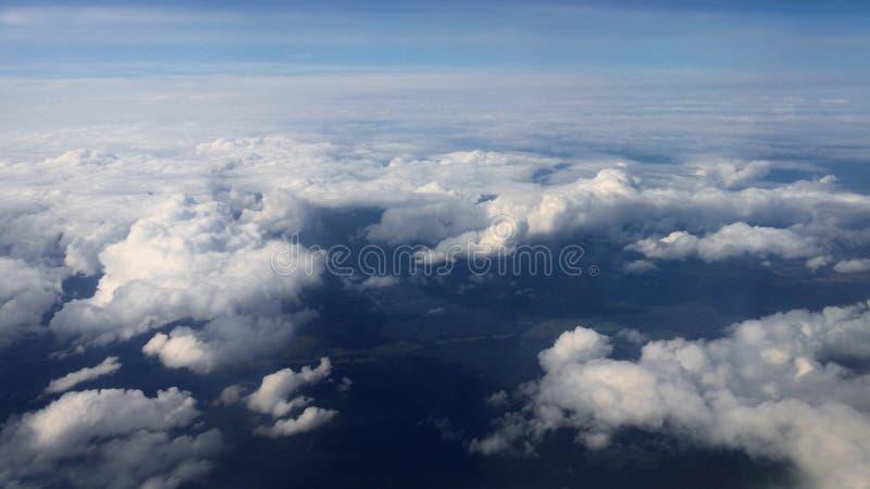 Перемещать воздухом Взгляд через окно самолета летать над морем стоковые изображения
