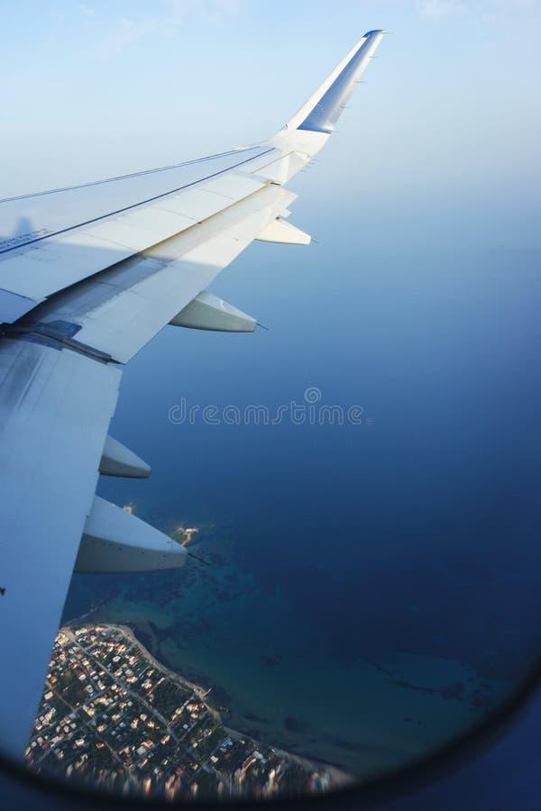 Перемещать плоскостью Взгляд от окна к морю и голубому небу стоковое изображение rf