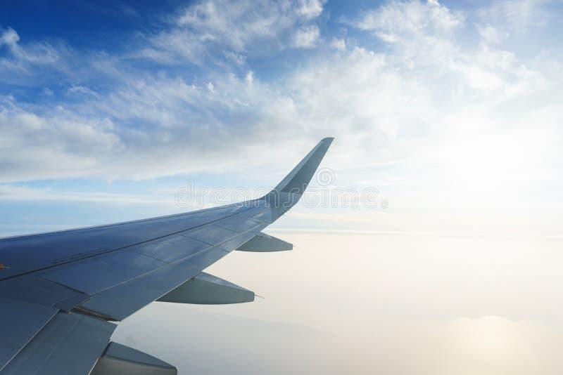 Перемещать плоскостью Взгляд от окна к облакам и голубому небу стоковые фото
