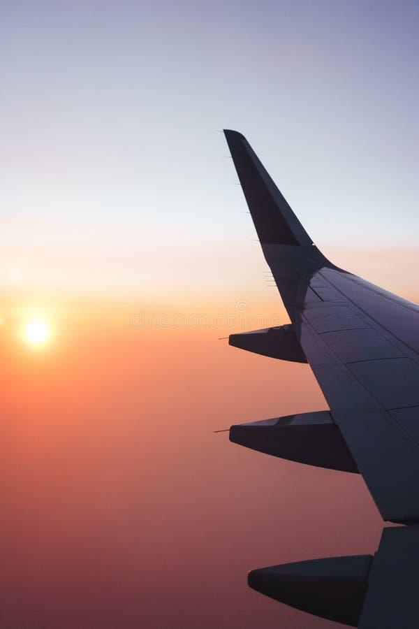 Перемещать плоскостью Взгляд от окна к облакам и рассвету стоковые изображения rf