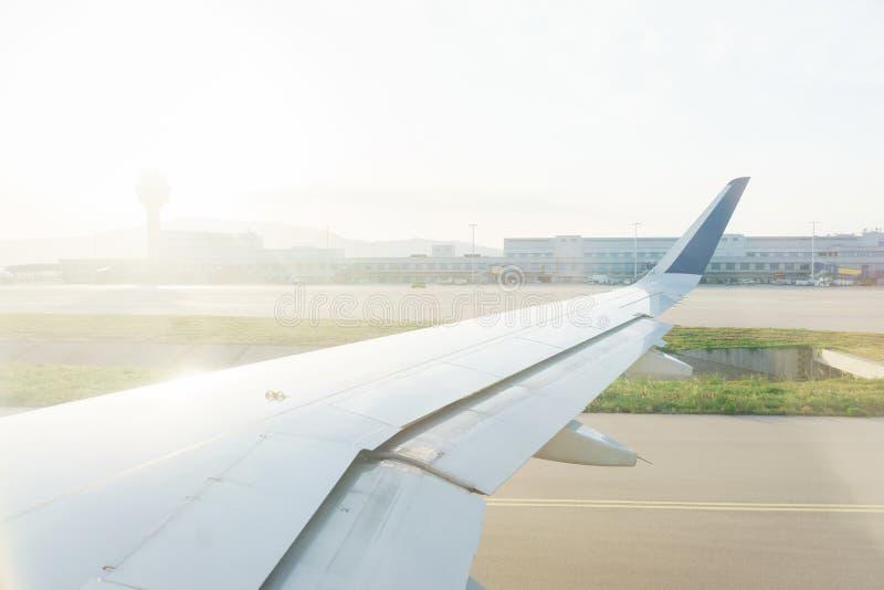 Перемещать плоскостью Взгляд от окна к облакам и рассвету стоковое фото