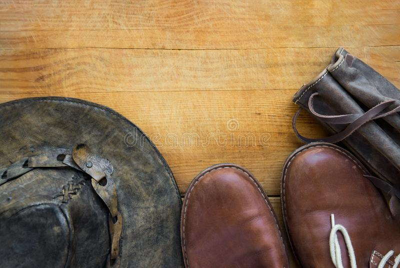Перемещение битника ` s людей неподдельной кожи и пешее thermoflask ботинок шляпы аксессуаров носят случай на постаретой деревянн стоковые фотографии rf