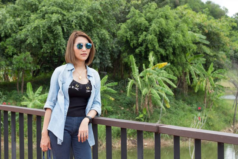 Перемещение девушки в природном парке стоковое фото rf