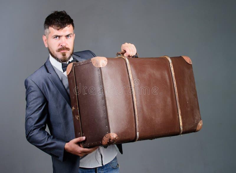 Перемещение и концепция багажа Путешественник хипстера с багажем Страхование багажа Человек хорошо выхолил бородатый хипстер с бо стоковое изображение