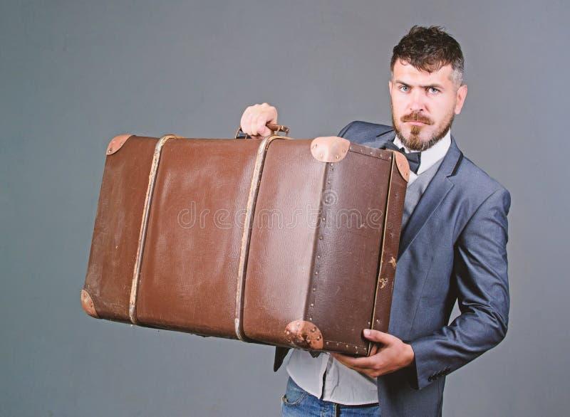 Перемещение и концепция багажа Путешественник хипстера с багажем Страхование багажа Человек хорошо выхолил бородатый хипстер с бо стоковое изображение rf