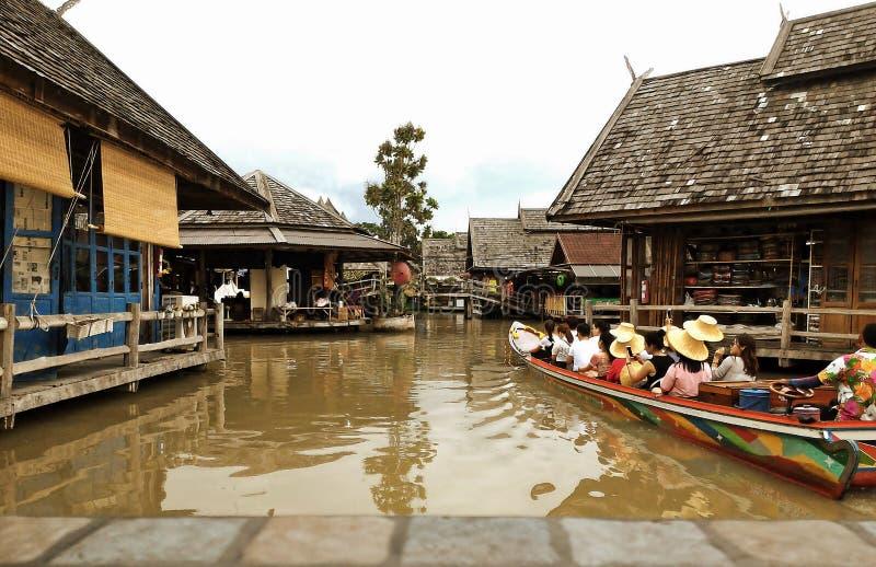 Перемещение и покупки в рынке Паттайя плавая стоковая фотография rf