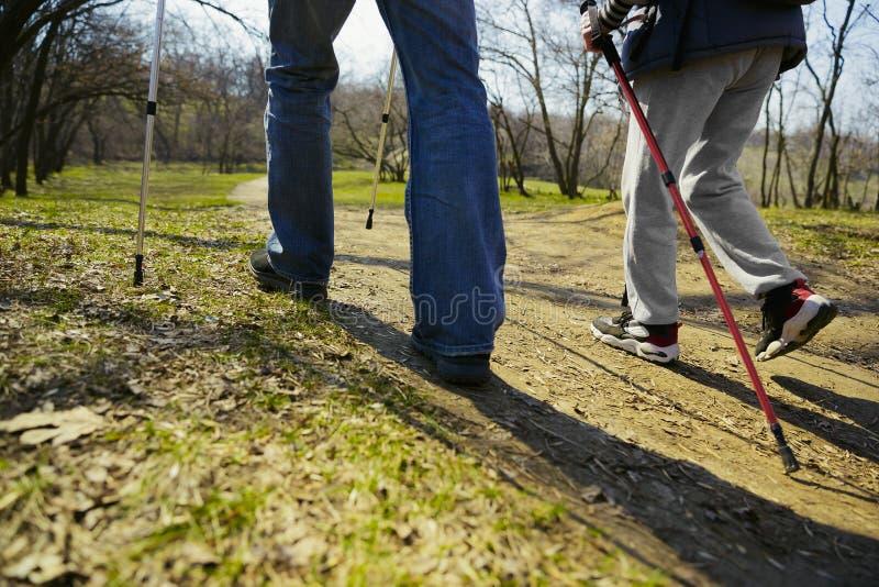 Перемещение и туризм Пары семьи наслаждаясь прогулкой совместно стоковое фото rf