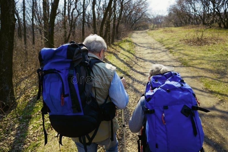 Перемещение и туризм Пары семьи наслаждаясь прогулкой совместно стоковое изображение rf