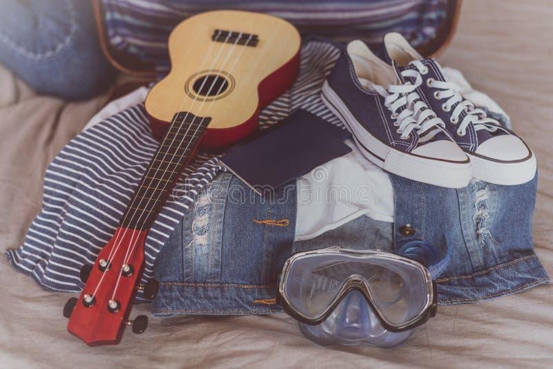 Перемещение лета и концепция каникул, чемодан упаковки молодой женщины дома стоковые изображения rf