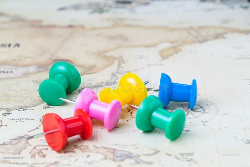 Перемещение мира, туризм, выбор города и landsmark или планирование каникул, различный цвет большой канцелярской кнопки или pushp стоковые фотографии rf