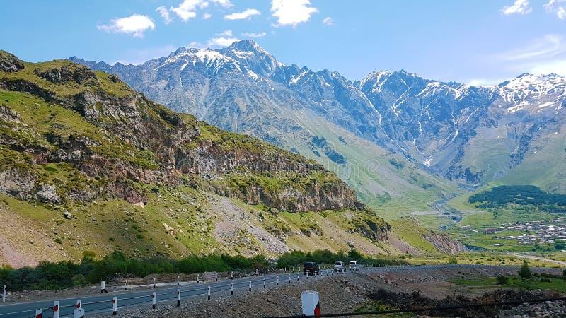 перемещение на автомобиле в горах, хорошей экологичности, чистом воздухе и красивом ландшафте стоковое фото