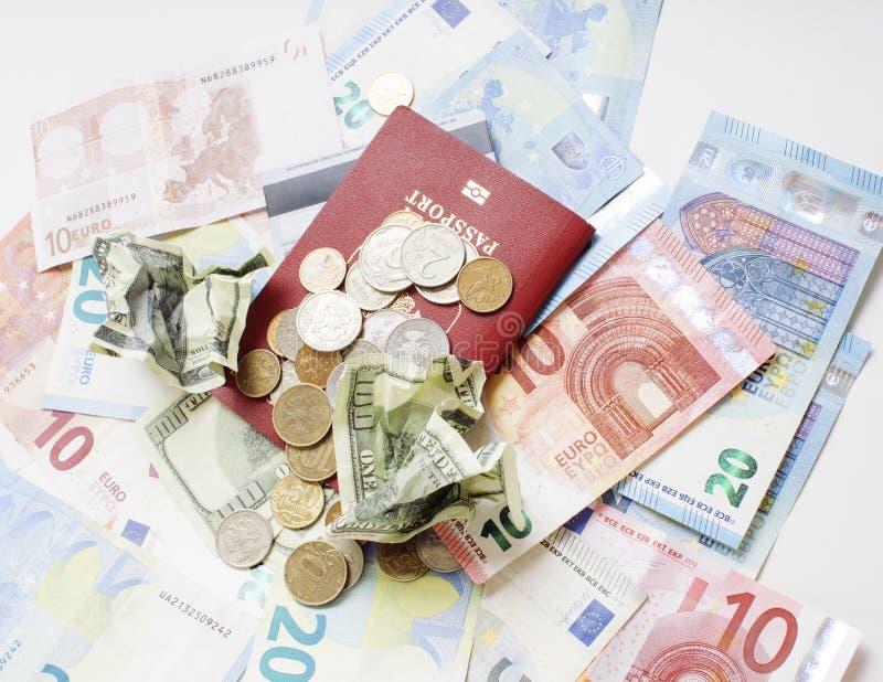 Перемещение на концепции образа жизни каникул: получите деньги наличными на таблице в беспорядке с пасспортом и измените стоковые изображения