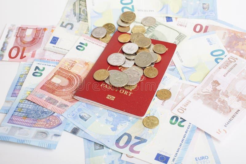 Перемещение на концепции образа жизни каникул: получите деньги наличными на таблице в беспорядке с пасспортом и измените стоковые фото