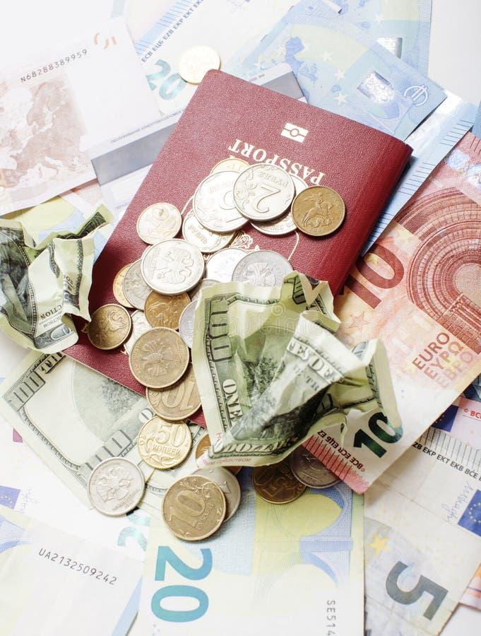 Перемещение на концепции образа жизни каникул: получите деньги наличными на таблице в беспорядке с пасспортом и измените стоковое изображение