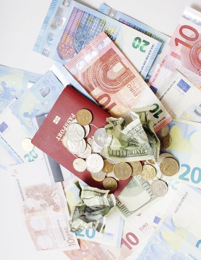 Перемещение на концепции образа жизни каникул: получите деньги наличными на таблице в беспорядке с пасспортом и измените стоковая фотография