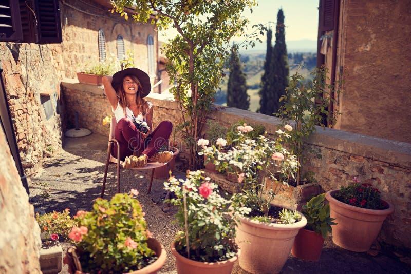 Перемещение потехи - женщина наслаждаясь в отпуске стоковое фото