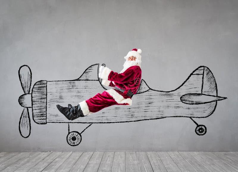 Перемещение старшего человека Санта Клауса самолетом стоковые изображения rf