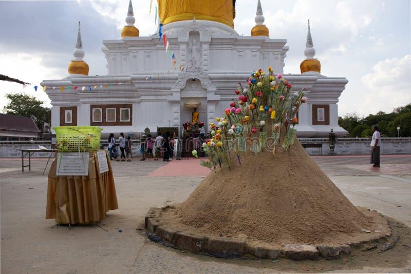 Перемещение тайских людей посетило и уважает моля Phra которое Nadoon Chedi или пагода серовато-коричневого цвета Na Wat в Maha S стоковое изображение rf