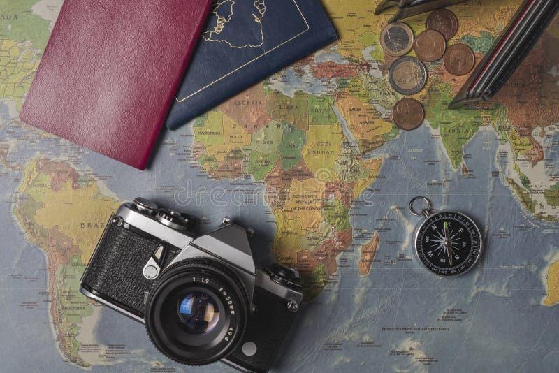 Перемещение установило на карту мира Бумажник, евро, камера, паспорта, компас стоковое фото rf