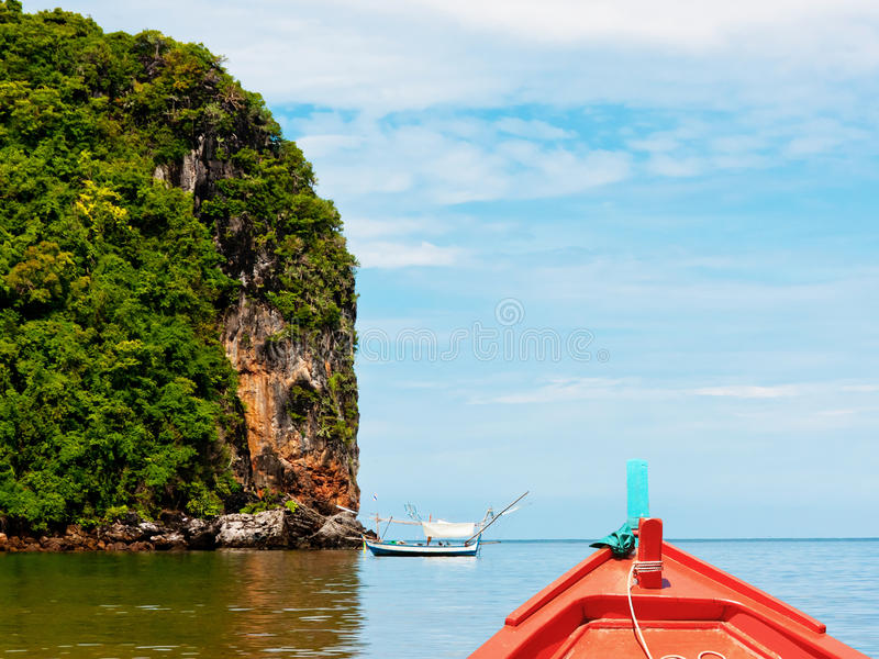 Перемещение шлюпки в море Таиланда стоковое фото rf