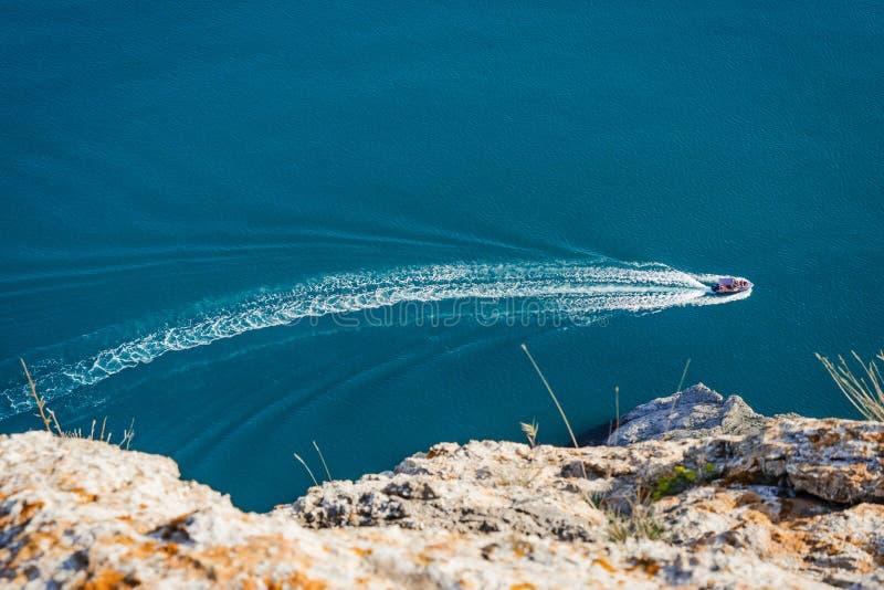 Перемещение яхты в море стоковое фото rf