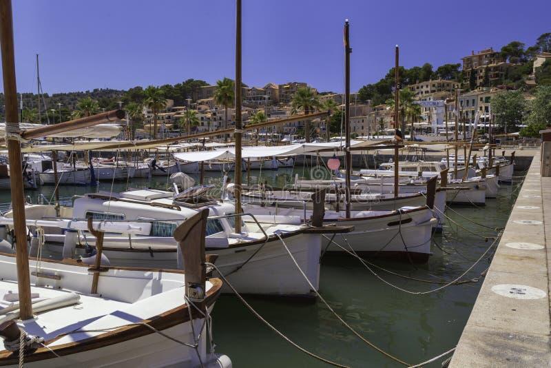 Перенесите в утро, яхты причаленные в ряд порт башня Италии средневековая Сардинии aragonese острова стоковое фото rf