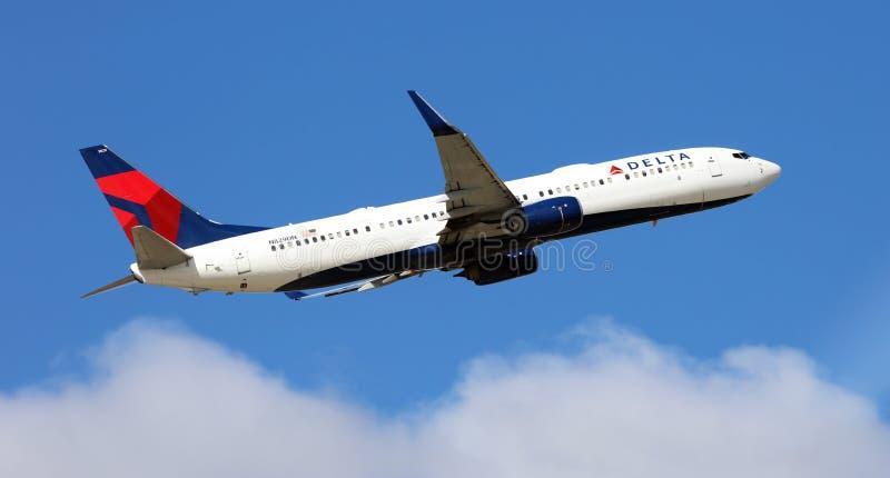 Перепад Боинг 737 принимая аэропорт DTW США Детройт стоковые изображения rf