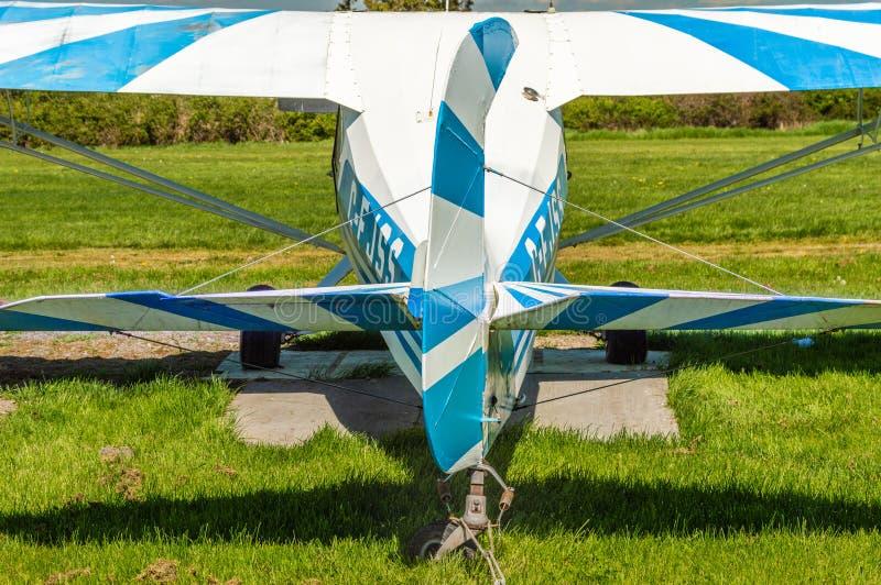 Перепад, Британская Колумбия - 7-ое мая 2019: Вид сзади штурвала кабеля и лифтов воздушных судн вождя 11BC Aeronca на airpark стоковые изображения