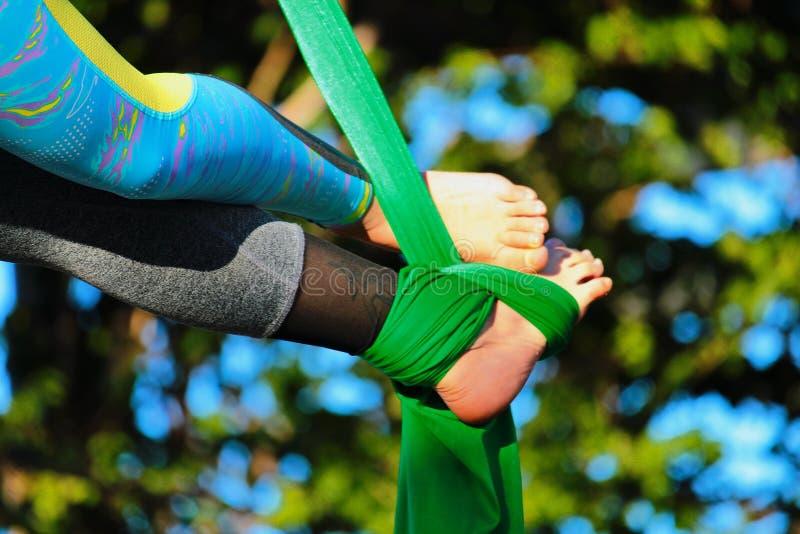Переплетенные ноги соединены тканью стоковые фотографии rf