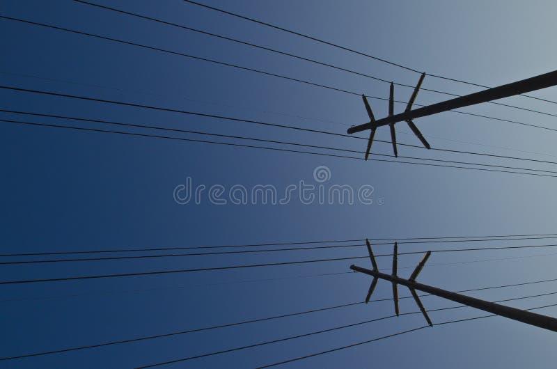 Переплетенный абстрактный вид сбокуый линий электропередач в небе стоковые фото
