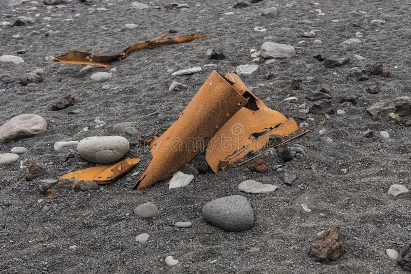 Переплетенный ржавый металл на пляже Djupalonssandur стоковое изображение rf