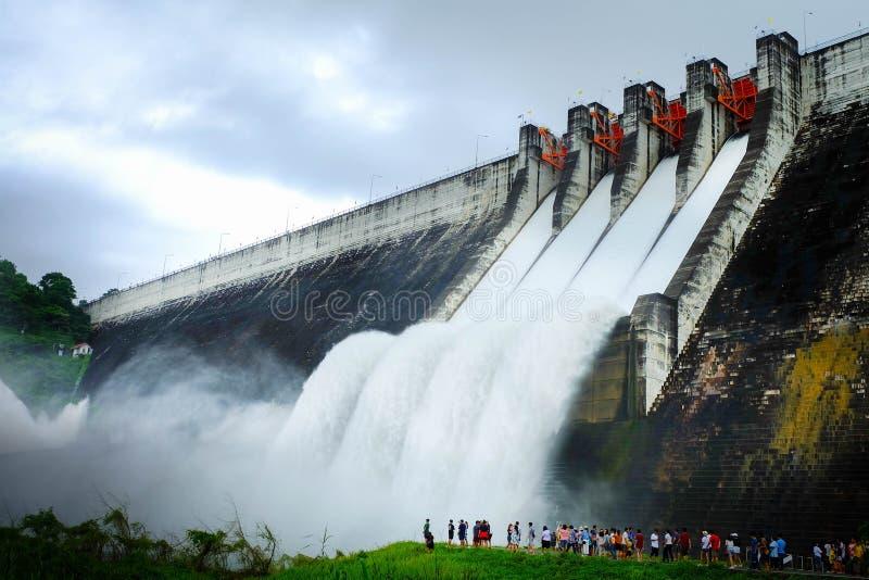 Переполнение воды отпуска запруды цемента в Таиланде стоковые фотографии rf