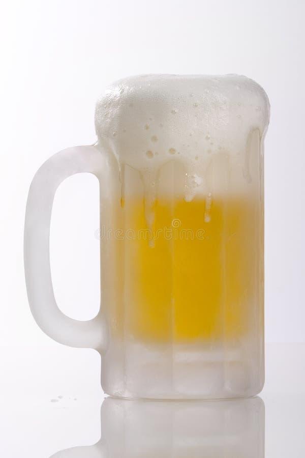 переполнять кружки пива стоковые фотографии rf