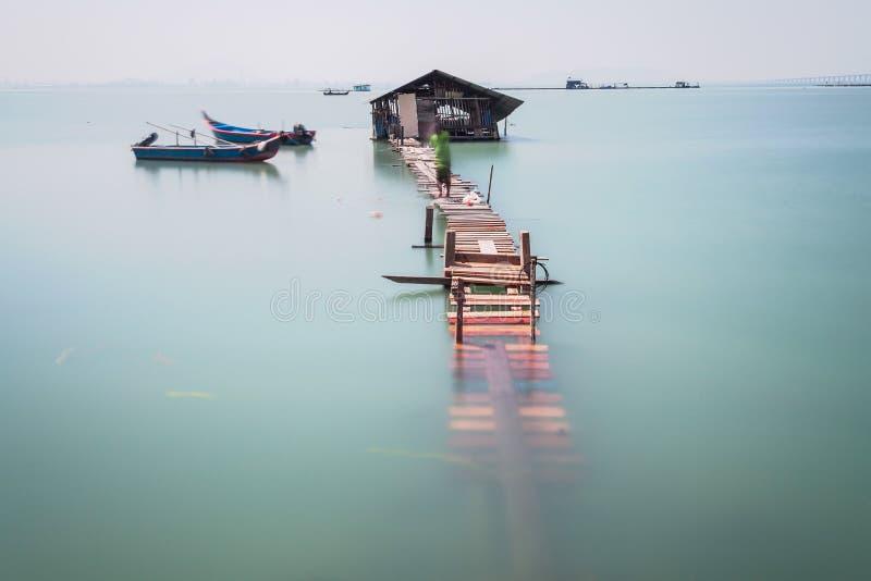 Переполнение воды на сломленном деревянном мосте стоковое фото rf