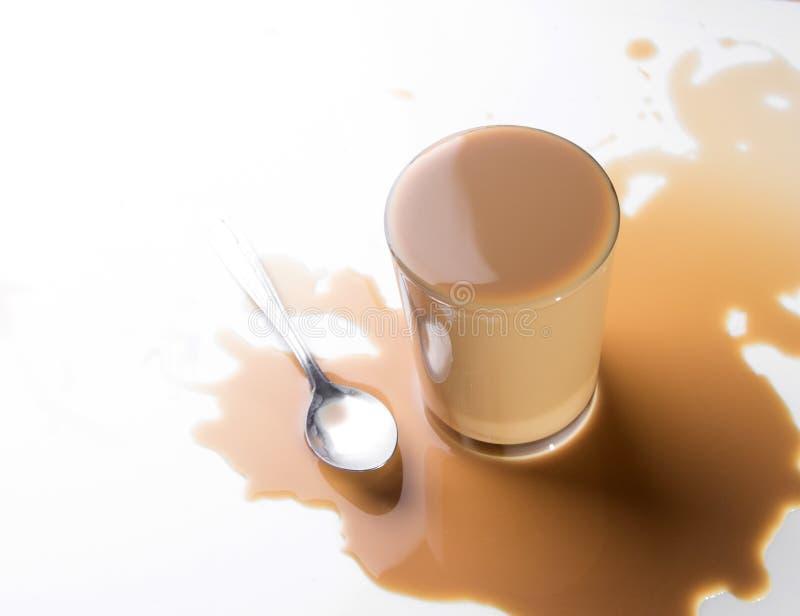 Переполнять кружки кофе. стоковые изображения