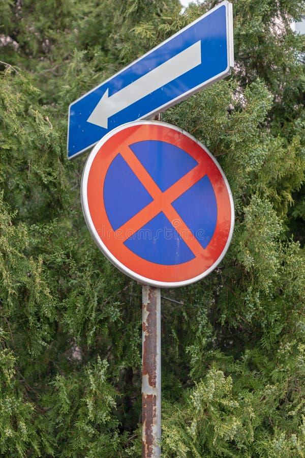 Перерастанный дорожный знак стоковое изображение rf