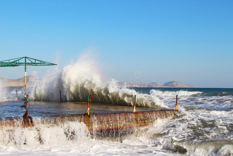 Перерывы волн на береге в Крыме в осени стоковая фотография rf