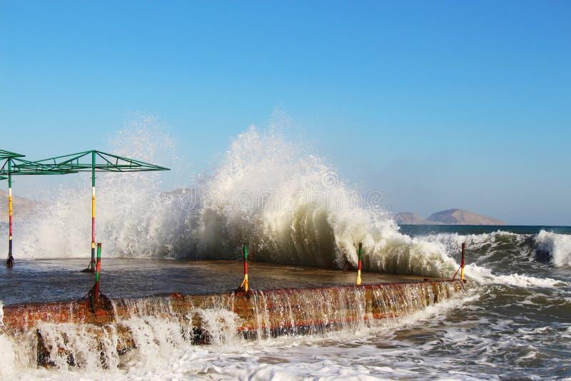 Перерывы волн на береге в Крыме в осени стоковое изображение