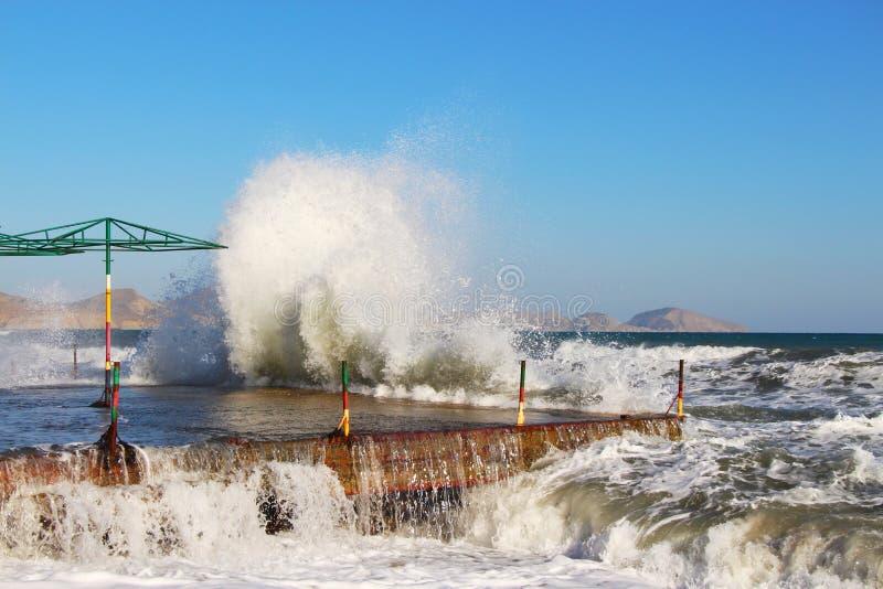 Перерывы волн на береге в Крыме в осени стоковые изображения