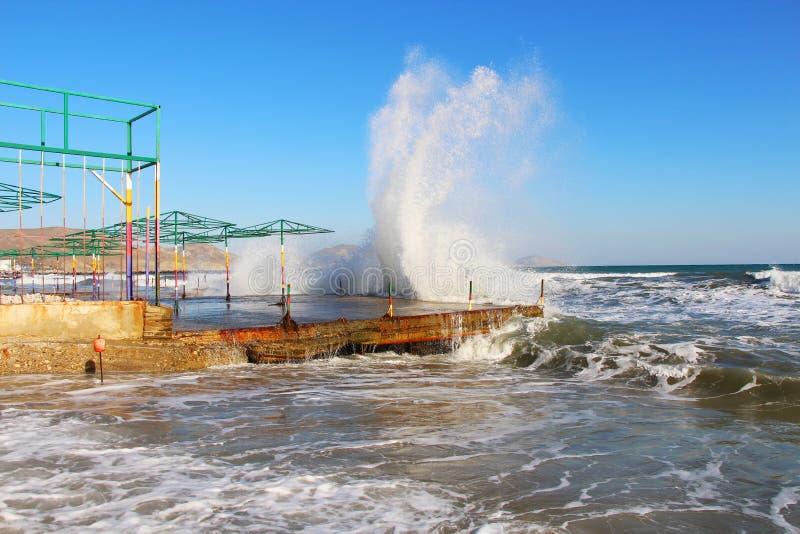 Перерывы волн на береге в Крыме в осени стоковое фото rf